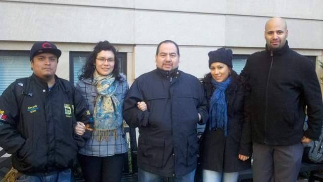 Maoma Pérez (centro) y sus compañeros de trabajo reunidos en un parque, en donde inició su campaña para conseguir mejoras laborales.