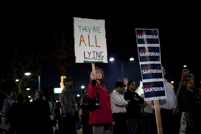 La pancarta afuera indicaba que 'todos estan mintiendo'.
