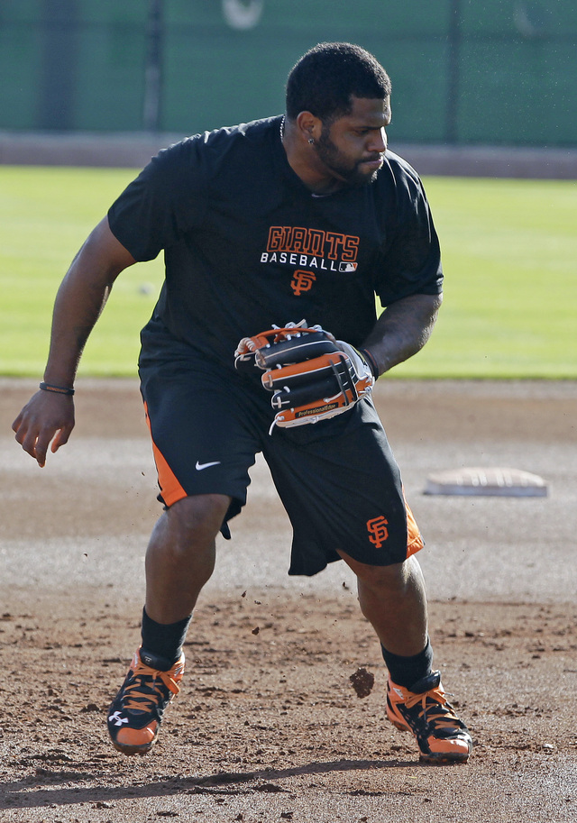 Pablo Sandoval practica su defensa ayer en Scottsdale, Arizona.
