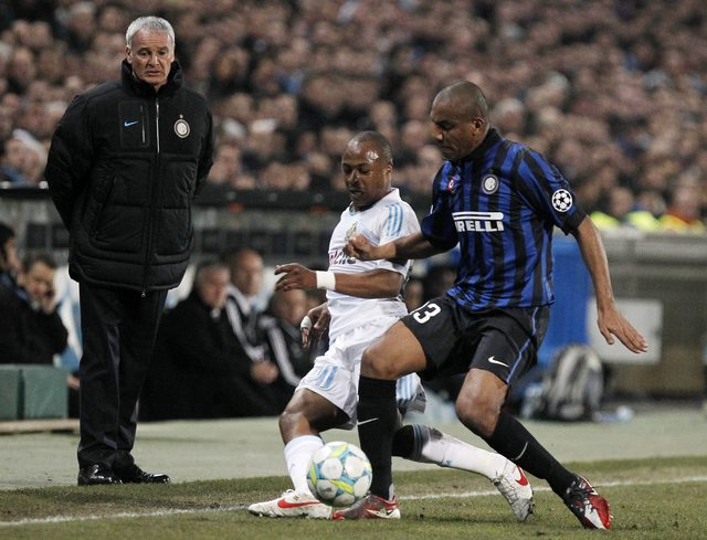 Andre Ayew, del Olympique de Marsella (centro, frente a Maicon del Inter de Milán) produjo ayer el gol del triunfo cuando apenas restaba un minuto de juego.