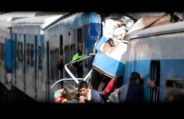 Personal de rescate saca pasajeros del tren.
