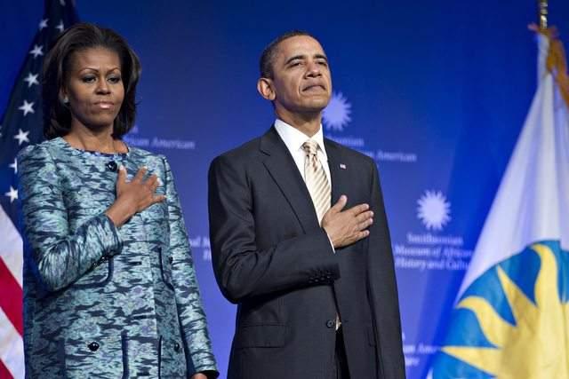 El presidente  Barack Obama, y su esposa, Michelle, en la ceremonia de colocación de la primera piedra del museo  Afroamericano en Washington, D.C.