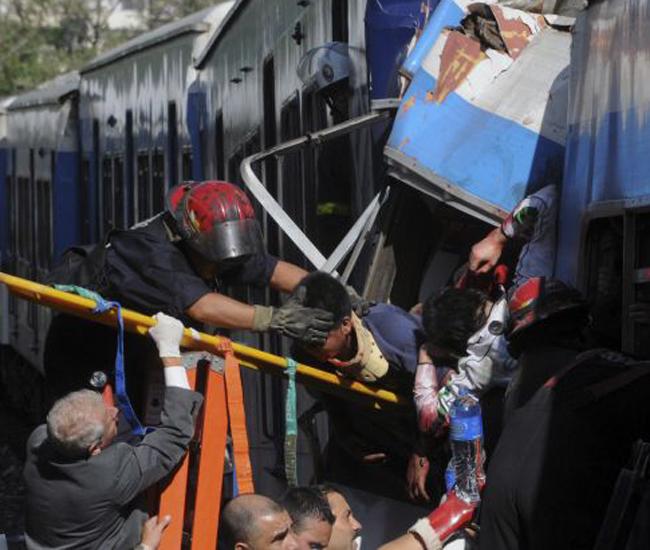 Un tren de ocho vagones que se acercaba a la estación 11 de la Línea Sarmiento en Buenos Aires, Argentina, chocó dejando  alrededor de 50 muertos y cientos de heridos.