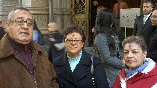 El Miércoles de Ceniza que marca el inicio de la cuaresma se celebró ayer en la catedral de San Patricio donde acudieron los fieles en gran número. Arriba desde la izq. Octavio y Estela Gómez y Ofelia Paiba quienes recibieron la ceniza.