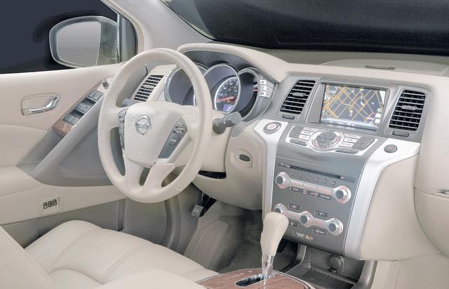 El tradicional y funcional panel del Nissan Murano conserva su toque de elegancia y destaca la pantalla de navegación satelital del nuevo modelo 2012.