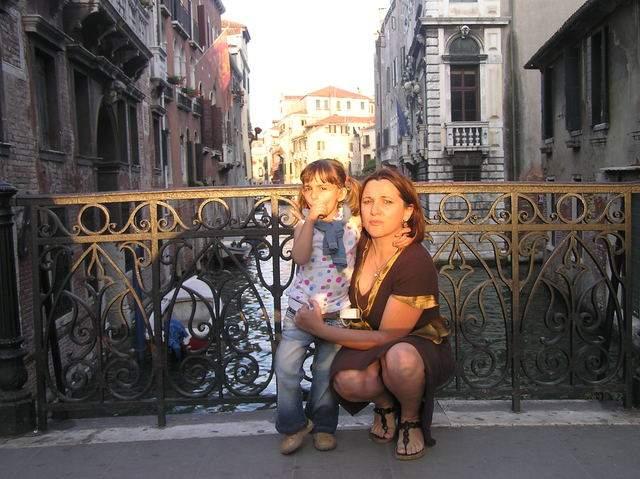 Rosa Maestro, con una de sus hijas, es la fundadora de masola.org, un sitio web dedicado a ayudar a quienes deciden convertirse en madres solteras.