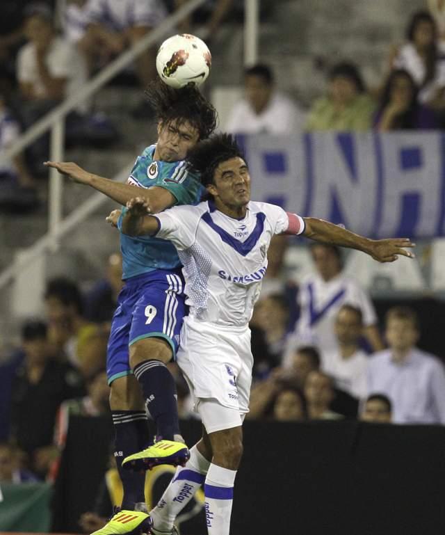 Omar Arellano (izq.), de Chivas, supera a Fabián Cubero, de Vélez Sarsfield, en el más reciente fracaso del equipo de Guadalajara.