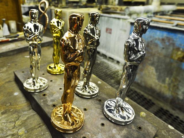 Estatuillas del Óscar en sus diferentes etapas: britanio crudo cobre níquel plata y oro.