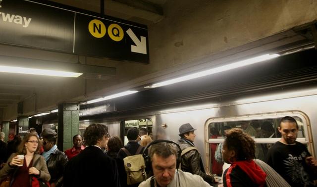 Esta foto de archivo se ve a un grupo de personas en una estación del subway de la Manhattan. Ayer, un hispano que estaba acusado de empujar una mujer a las vías fue hallado culpable y enfrenta 25 años de cárcel.