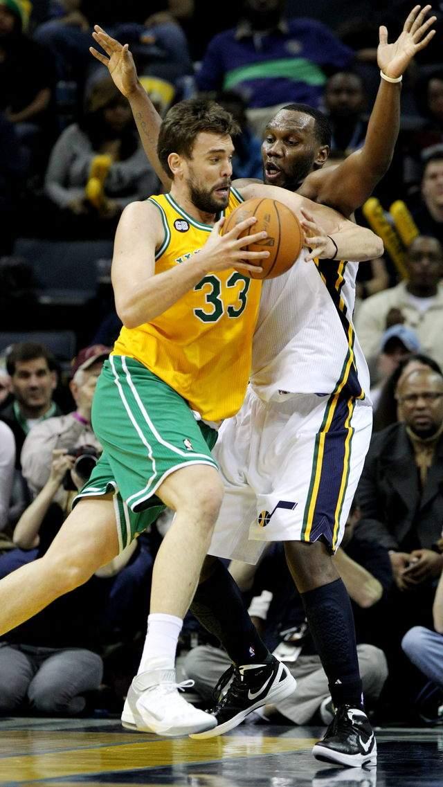 Marc Gasol (i),  jugador de los Grizzlies de Memphis  disputa el balón con Al Jefferson de los Jazz de Utah, hoy, domingo 12 de febrero.