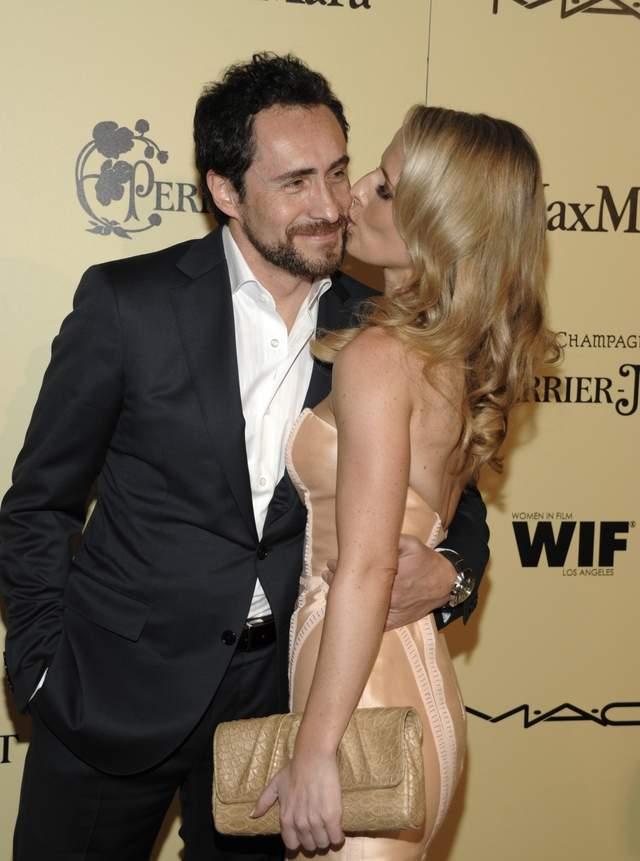 El actor mexicano a su llegada al evento con su novia la modelo canadiense Stefanie Sherk.