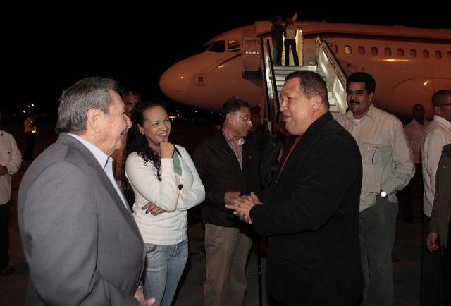 El presidente, Hugo Chávez (d), saluda a su homólogo cubano, Raúl Castro (i), en el aeropuerto de La Habana, Cuba.