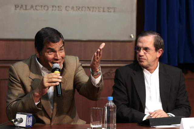El presidente  Rafael Correa (i), habla junto al canciller ecuatoriano, Ricardo Patiño (d),  durante una rueda de prensa en el Palacio presidencial, en Quito.