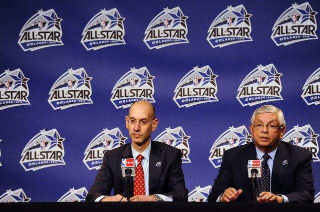 El comisionado de la NBA, David Stern (der.), habla a periodistas junto al jefe de la oficina operativa de la NBA, Adam Silver, a quien ha escogido como posible sucesor.