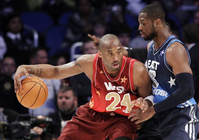Dwyane Wade (3),  de los Miami Heat, defiende frente a Kobe Bryant (24), de Los Angeles Lakers, durante el Juego de Estrellas de anoche. Bryant rompió el récord establecido por Michael Jordan encestando 27 puntos.