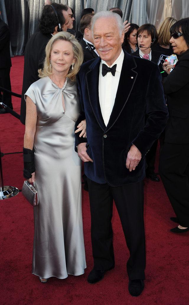 El actor canadiense Christopher Plummer y su esposa, Elaine Taylor, posan en la alfombra roja. Plummer ganó el Oscar al mejor actor de reparto por 'Beginners'.