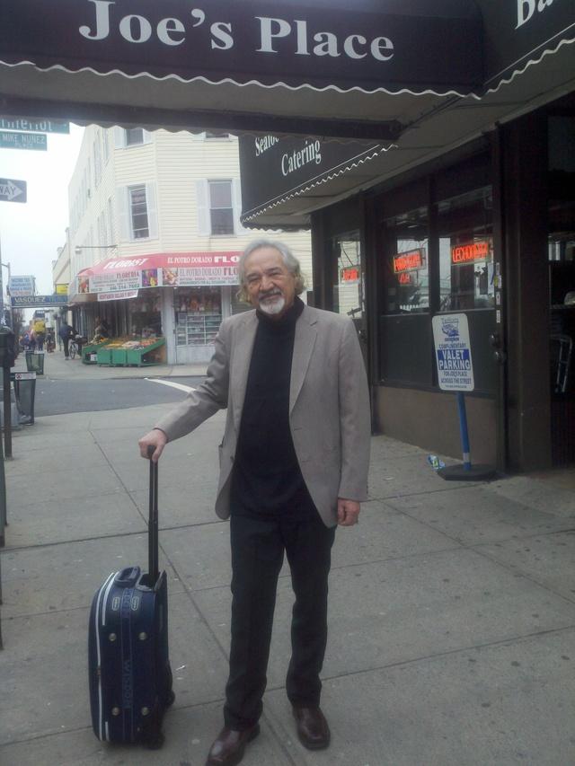 Con su maleta cargada de historias, dibujos y bocetos, Ramón Patiño recorre las calles de El Bronx para inspirarse y seguir creando.