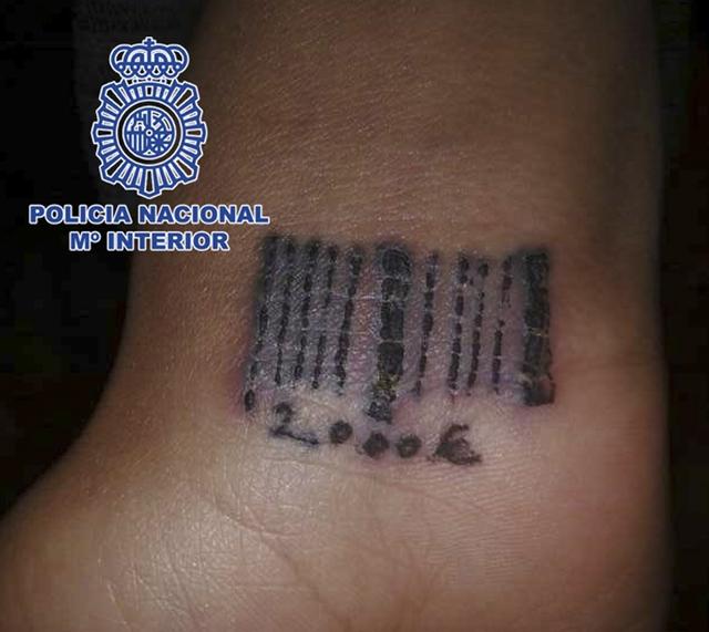 Proxenetas tatuaban a mujeres código de barras