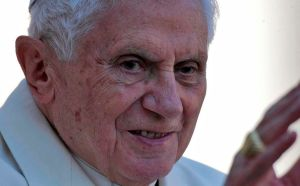 Papa sale de México al son de las Mañanitas