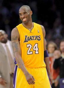 Lakers sacan de carrera a los Hornets