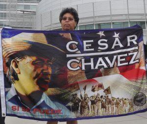 Izamiento de bandera en honor a César Chávez