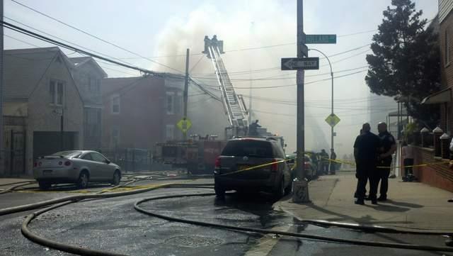 Voraz incendio deja a varios en la calle