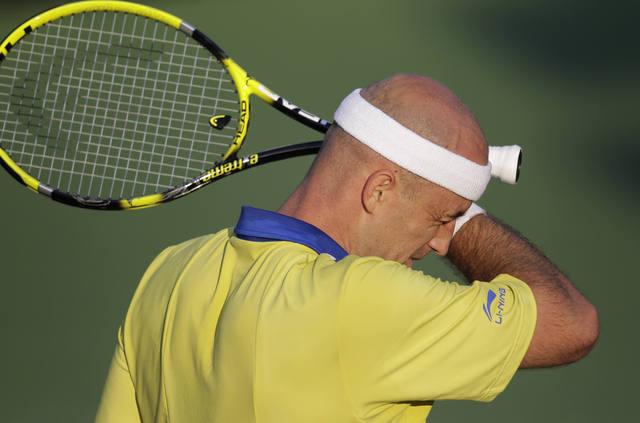 Ljubicic cuelga la raqueta