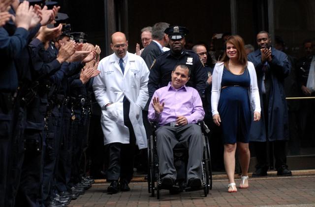 Policía recibido entre aplausos