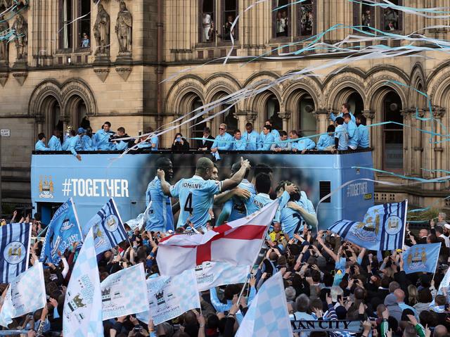 Arropado Manchester por un festejo azul