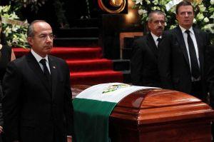 Aplausos y porras para despedir a Carlos Fuentes