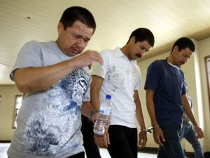 Condenan a tres mexicanos a morir en la horca en Malasia