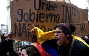 Hallazgo de una bomba no detuvo a Uribe