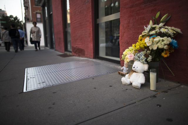 Flores adornan lugar del asesinato de Etan