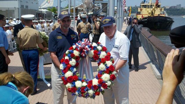 Veteranos lanzaron ofrendas florales al río Hudson en honor a los héroes.