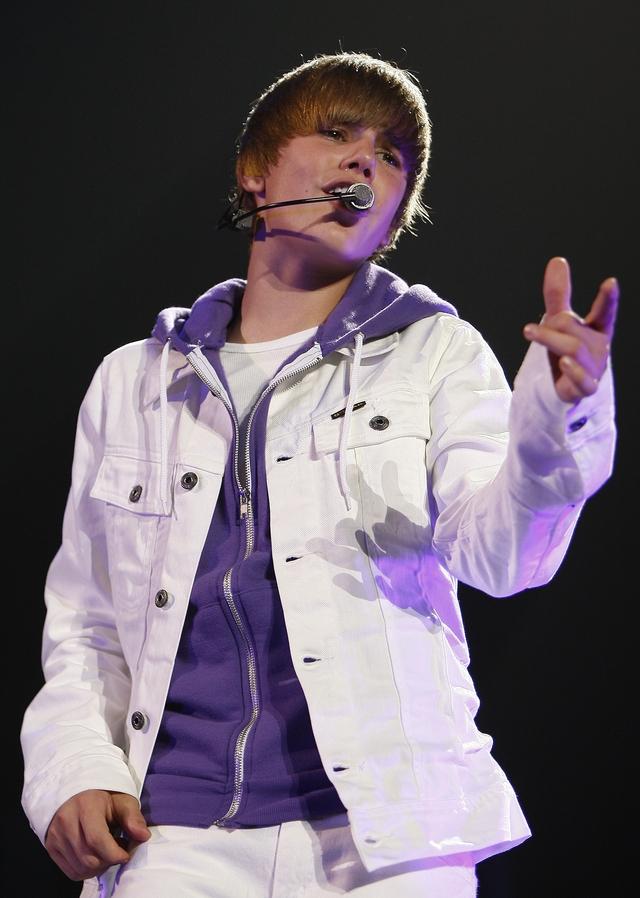 Justin Bieber se encontraba con su  novia, la actriz y cantante Selena Gomez en el momento del incidente.