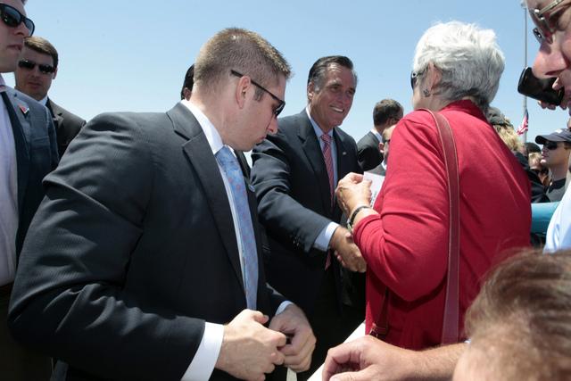 Mitt Romney saluda a copartidarios  en un acto político  ayer en San Diego.