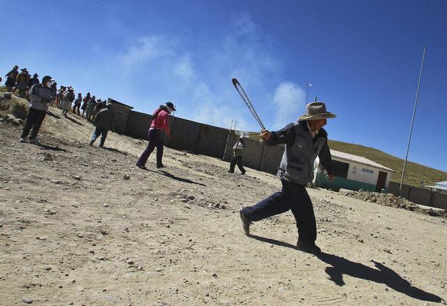Peruanos se enfrentan a la policía en la localidad de Espinar, en el departamento del Cuzco, donde los  campesinos apoyan un paro contra la minera suiza Xstrata.