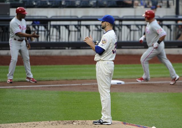 El lanzador derecho Dillon Gee (35) solo permitió dos carreras en seis 2/3 innings pero el bullpen se vino abajo y los Filis reaccionaron para vencer 10-6.
