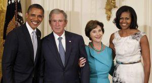 Los Obama y los Bush bromean en la Casa Blanca