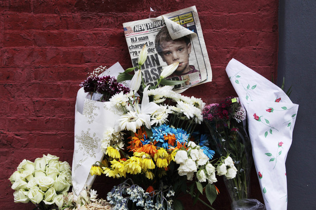 Un altar en memoria del niño Etan Patz fue lenvantado en el vecindario de SoHo donde desapareció en 1979. Pedro Hernández ha sido acusado por su muerte.
