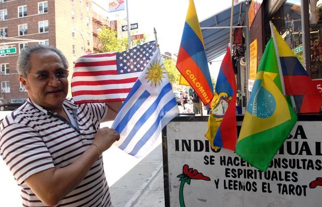 Eugenio González con banderas de diferentes países dice que le gusta el fútbol, especialmente los partidos de las finales que son más interesantes.