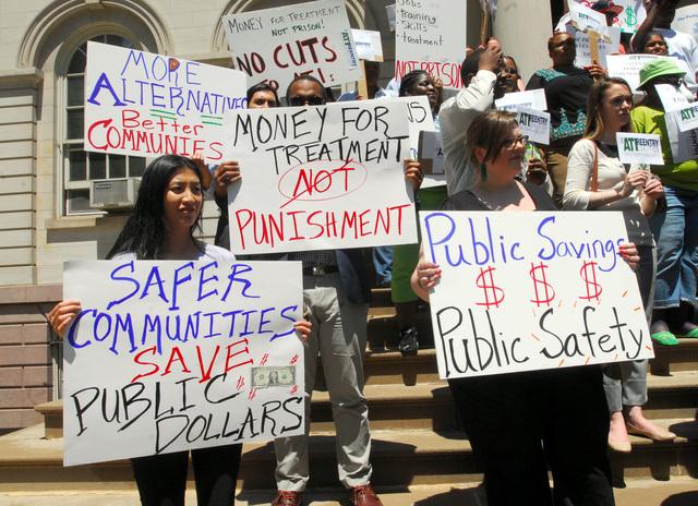 Parte de las personas que protestaron ayer frente al ayuntamiento para pedir la restauración de fondos para programas de reinserción de presos.