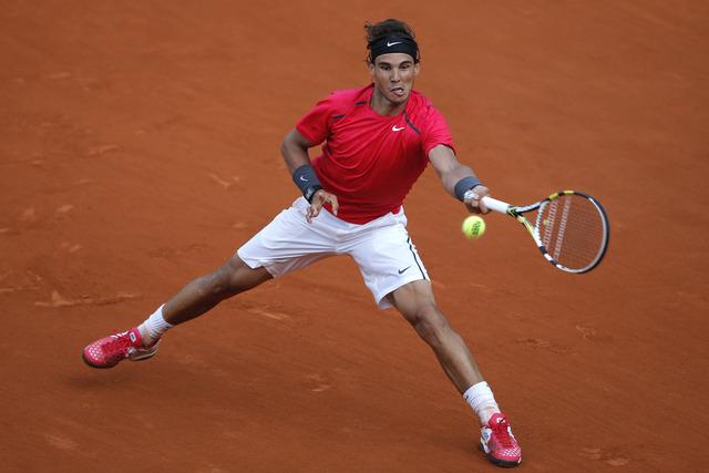 El tenista español Rafael Nadal venció en tres sets al argentino Eduardo Schwank y avanzó a octavos de final del Abierto de Francia.