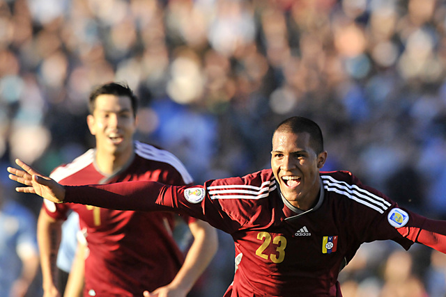 El venezolano José Salomón Rondón (d) celebra su gol a Uruguay, seguido por su compañero Nicolás Fedor, en partido por la quinta jornada de las eliminatorias sudamericanas al Mundial disputado ayer en Montevideo.