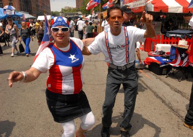 Los puertorriqueños Carmen Carrera  y  Héctor Castillo, se pasaron bailando salsa durante todo el día, tal vez como práctica para el desfile del 10 de junio.