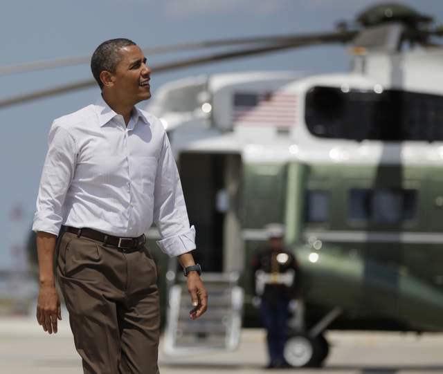 El Presidente Barack Obama camina por la pista del aeropuerto Internacional O'Hare en Chicago, donde realizó una visita.
