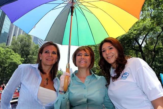 La candidata de Nueva Alianza al Gobierno del Distrito Federal, Rosario Guerra, (centro), asistió ayer a la Marcha Nacional del Orgullo y la Dignidad Lésbico-Gay.