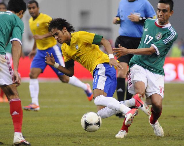 El joven astro Neymar (centro) de Brasil recibe la dura marcación del mexicano  Jesus Zavala (der.) durante el choque amistoso celebrado ayer en Texas.