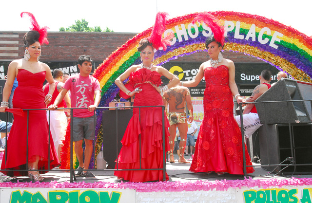 Una de las carrozas que participó en el desfile, que se  destacó por sus vistosos vestidos y disfraces en un festejo   marcado por los logros del colectivo LGBT en NY.