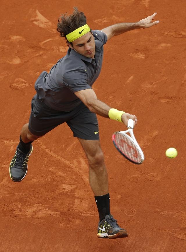 Roger Federer en acción contra David Goffin, a quien venció ayer, por parciales de 5-7, 7-5, 6-2, 6-4.